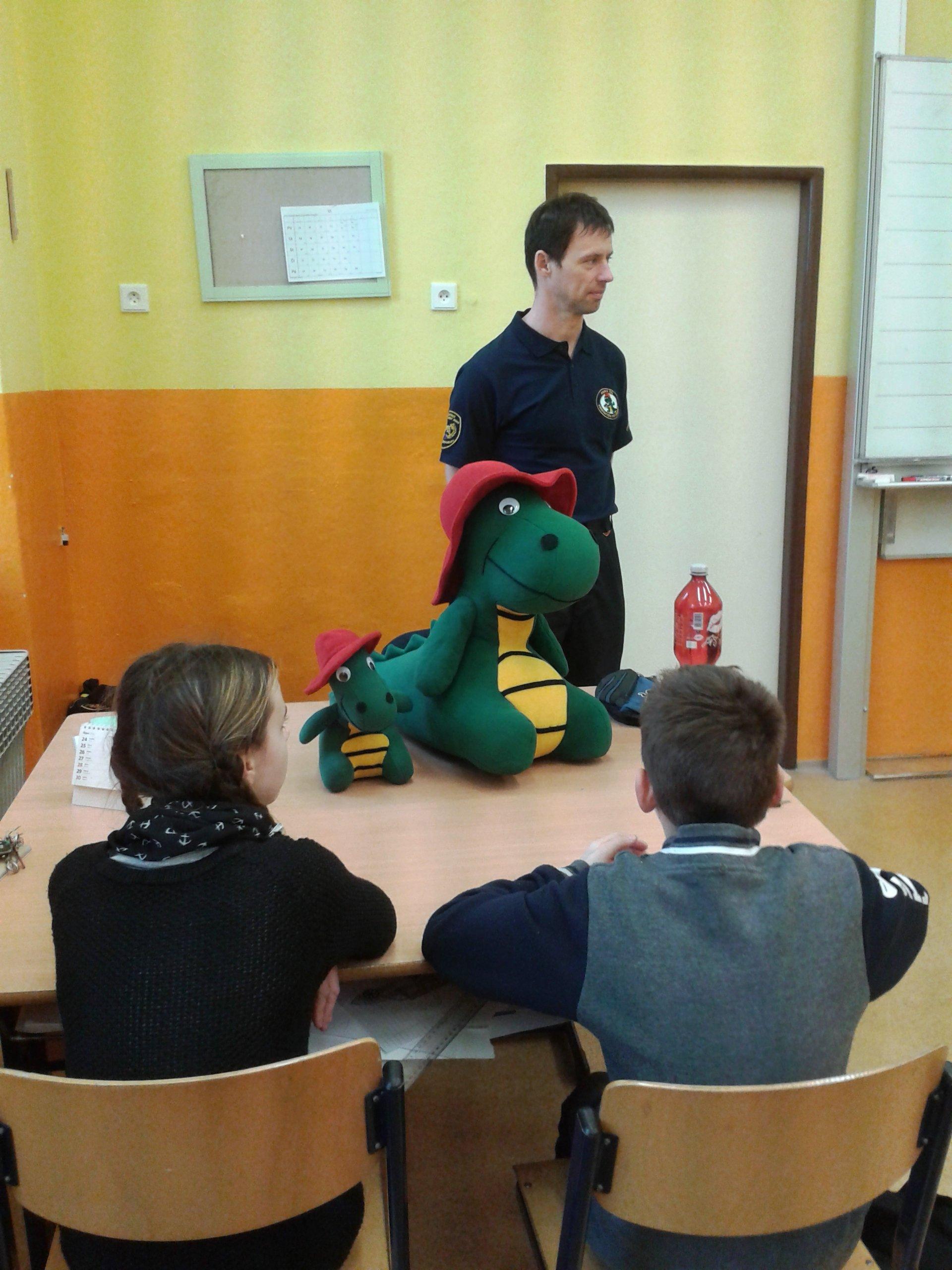 Hasík seznámí děti s prací hasičů