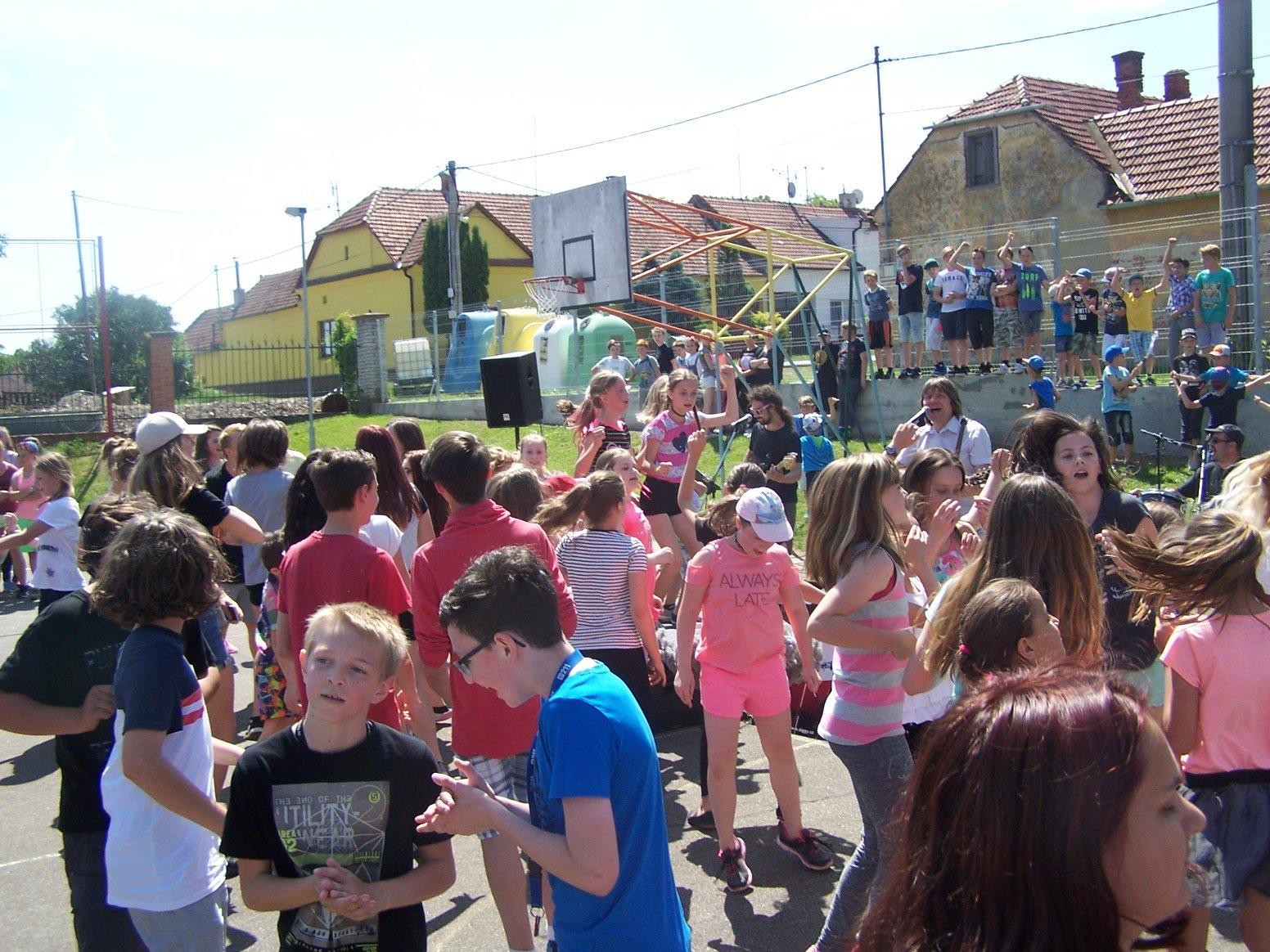 Den dětí ve víru tance