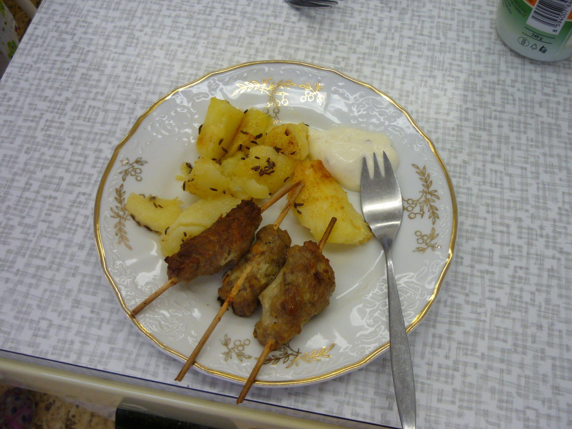 Čevabčiči s pečeným bramborem