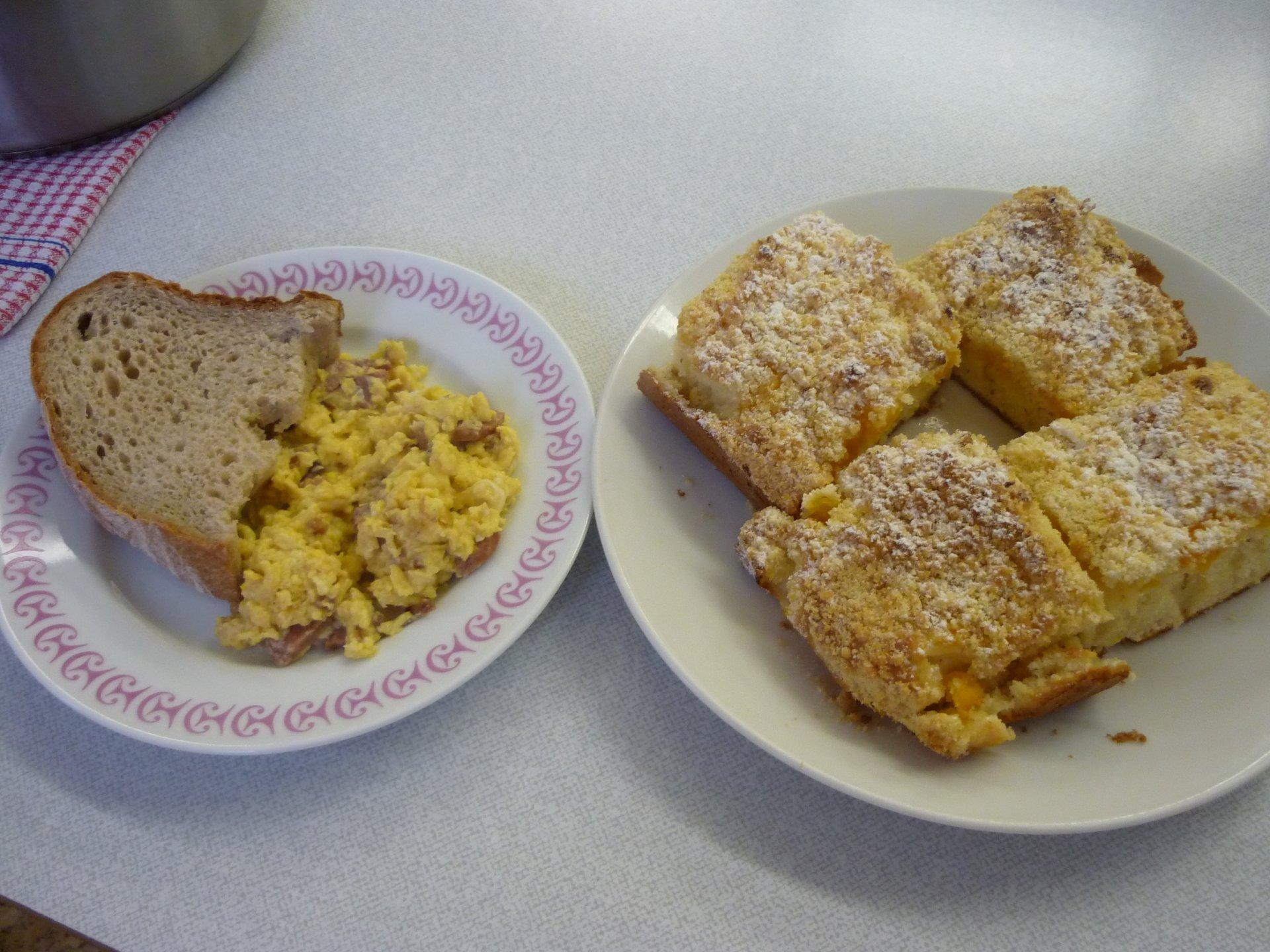 Míchaná vajíčka a ovocný koláč s drobenkou