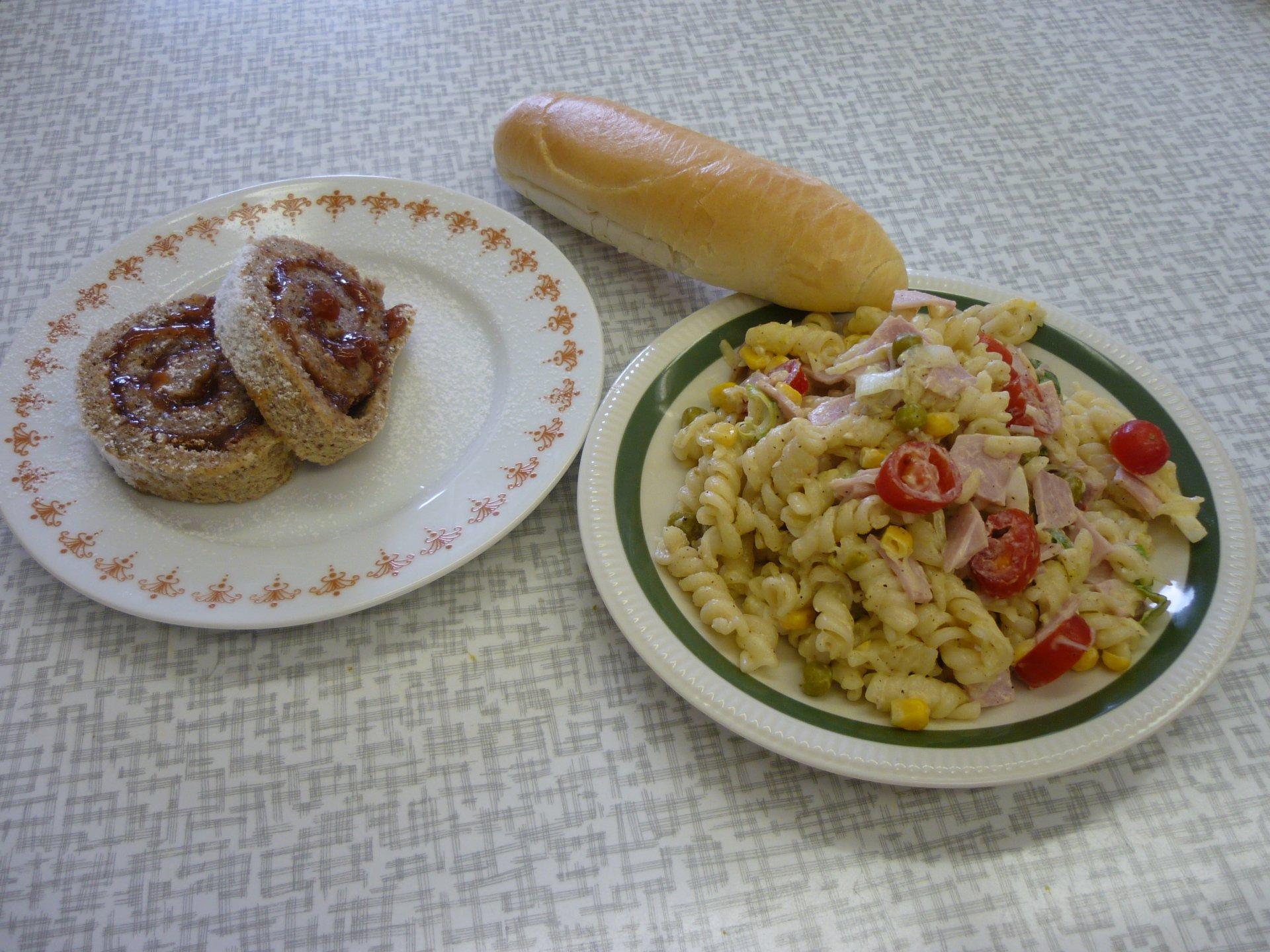 Těstovinový salát a oříšková roláda s domácí marmeládou