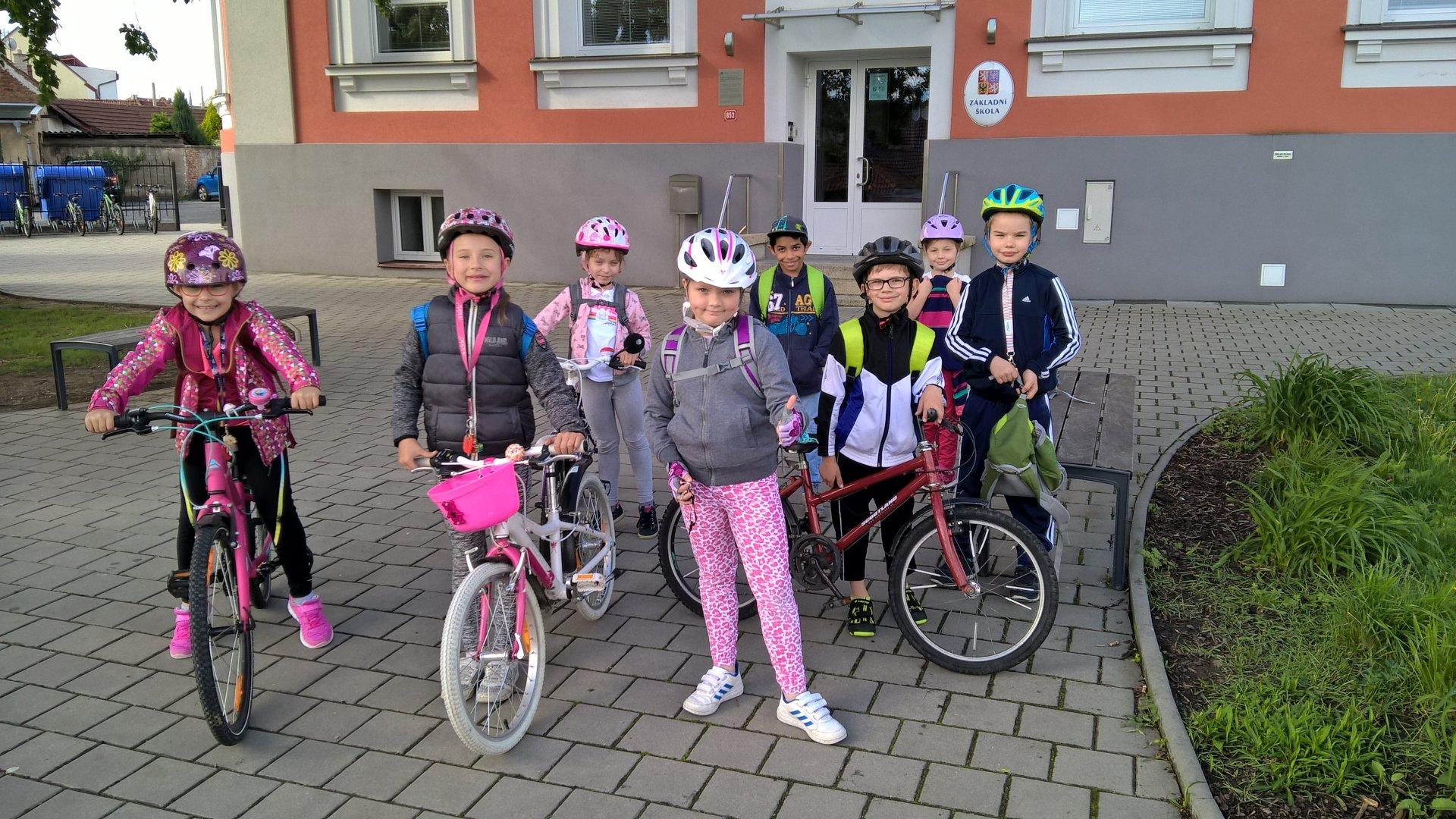 Den dětí prvňáčci nejdříve oslavili na kole